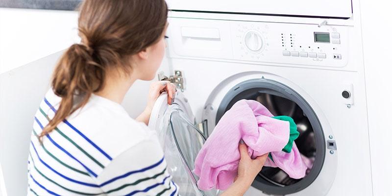 دلایل سفیدک زدن لباس در ماشین لباسشویی و روشهای رفع کردن آنها