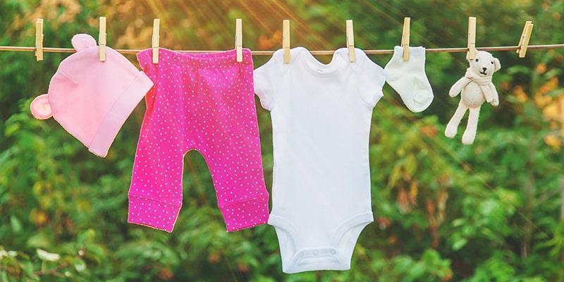 همه چیز در مورد شستن لباس نوزادان و کودکان
