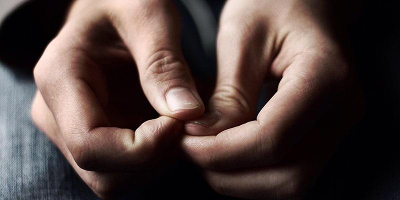 چگونه چسب قطرهای را از روی ناخن پاک کنیم؟