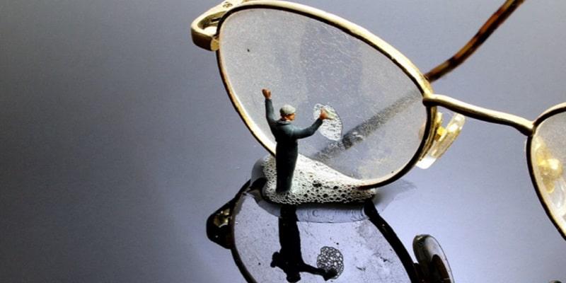 آموزش بهترین روش تمیز کردن شیشه عینک