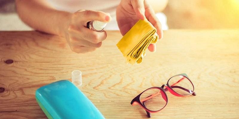 وسایل مورد نیاز برای تمیز کردن شیشه عینک