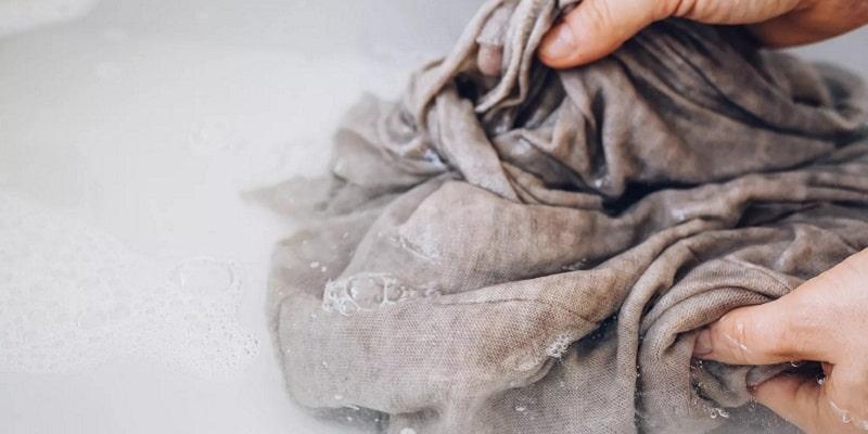 مراحل شستن لباس پنبهای با دست