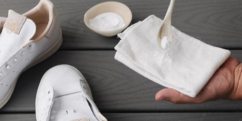 نحوه تمیز کردن کفش سفید با جوش شیرین