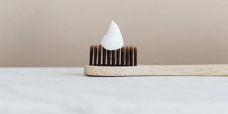 مراحل تمیز کردن کفش سفید با خمیر دندان